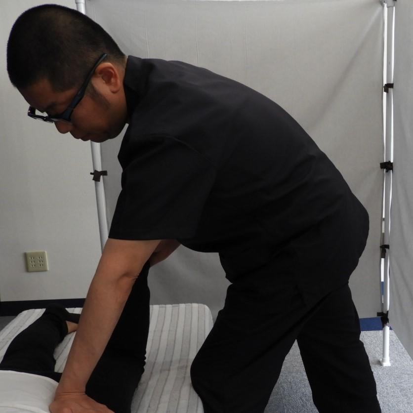 骨盤矯正の施術の様子