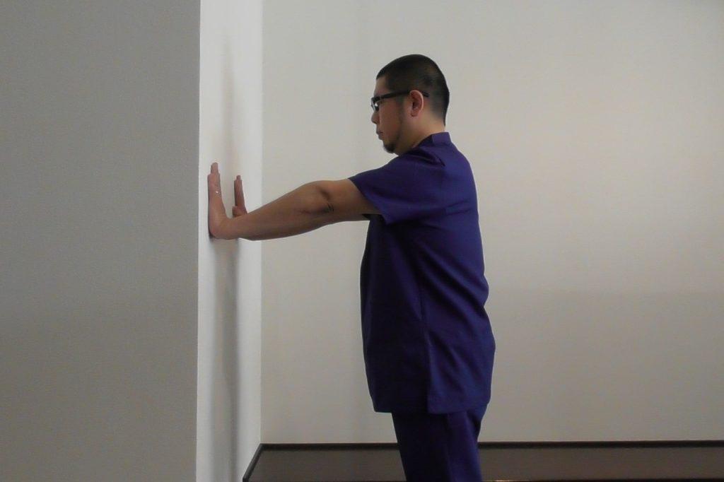 巻き肩のストレッチ・壁に手を付く
