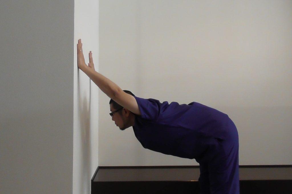 巻き肩のストレッチ・上半身を倒して肩をしっかり伸ばす