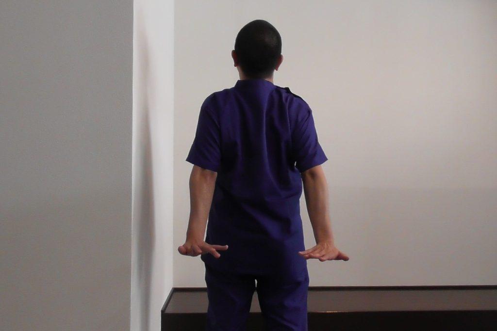 巻き肩のストレッチ・肩甲骨を背中の内側に寄せる