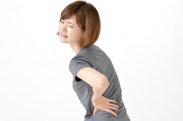 腰痛に悩んでいる介護士の女性