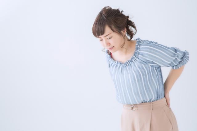 慢性的な腰痛に悩まされる女性