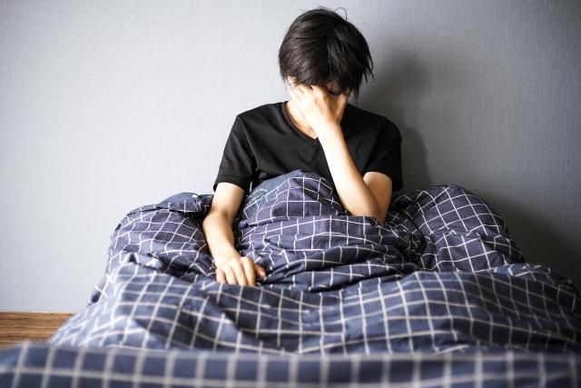 起きても疲れがとれない男性