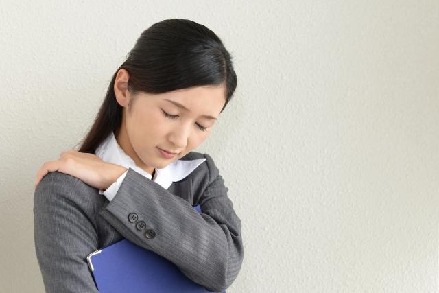 慢性的な肩こりに悩む女性