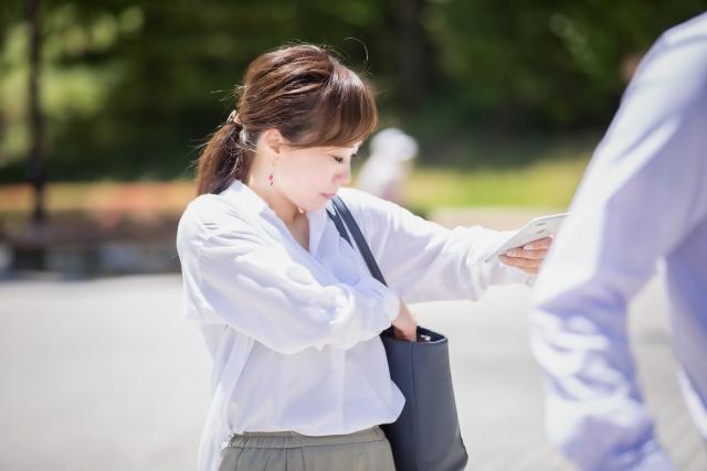 左肩にバッグをかける女性