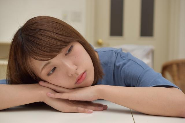 若年性更年期障害により憂鬱になる女性