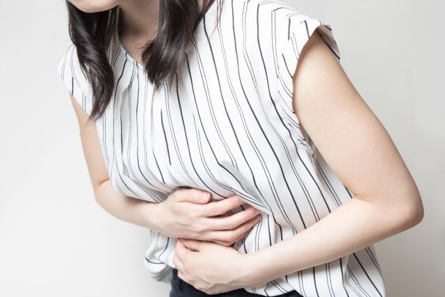 サンドウィッチ症候群により腹痛を患う女性