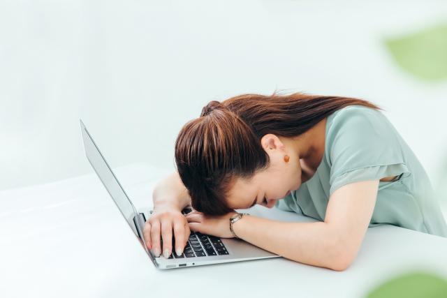 ストレスによって体調を崩す女性
