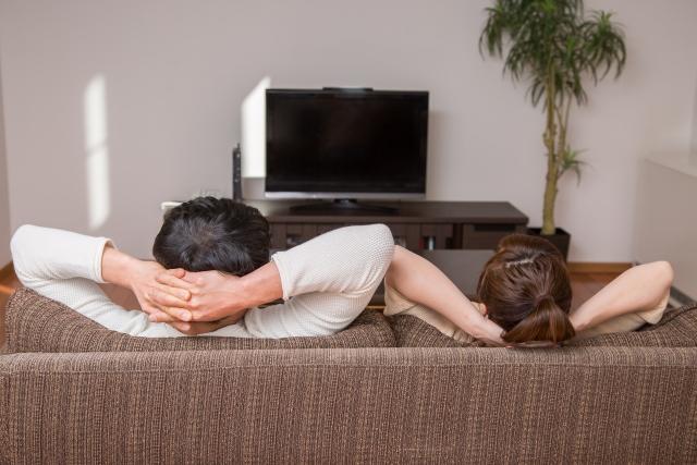 テレビの視聴を楽しむ夫婦