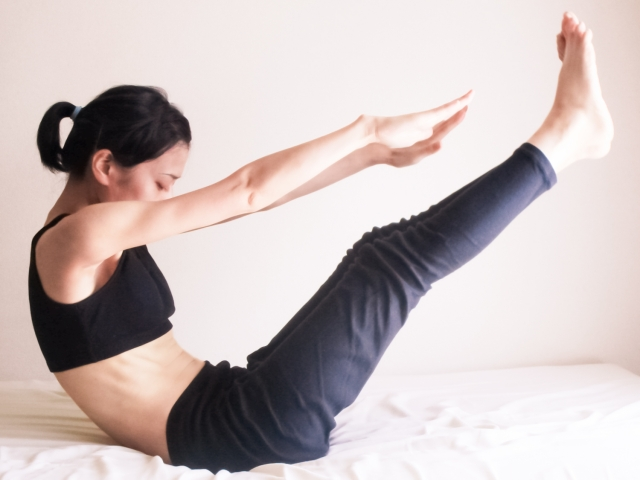 脚を高く上げる運動をしてむくみを予防