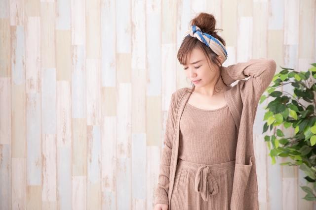 首の症状に悩む女性