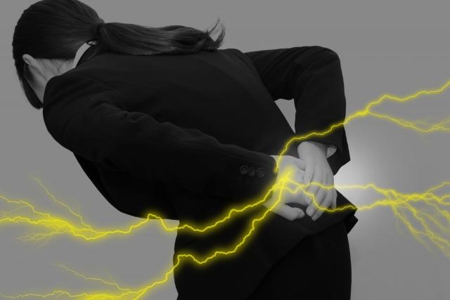 ぎっくり腰(急性腰痛症)を患う女性