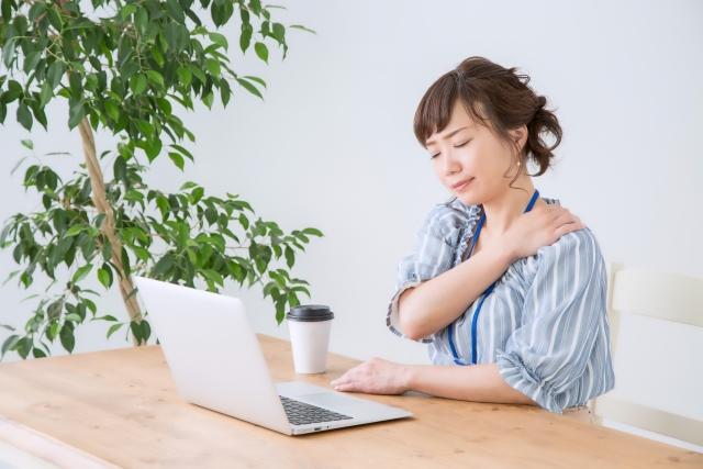 長時間のパソコンの使用で肩こりを患う女性