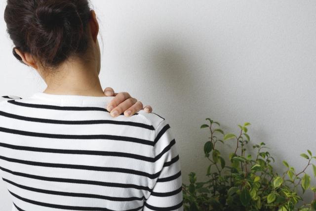 首こりから肩こりを併発する女性