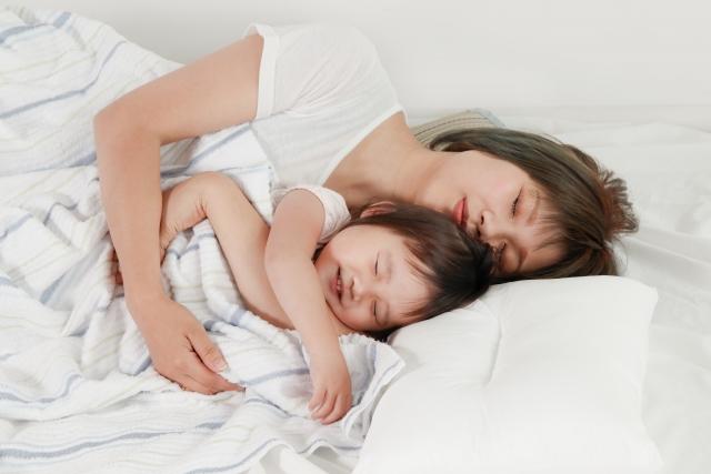 添い寝をする親子