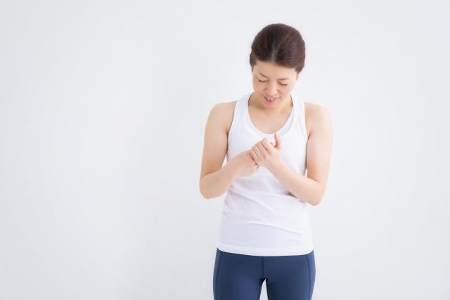 指の痺れに悩む女性