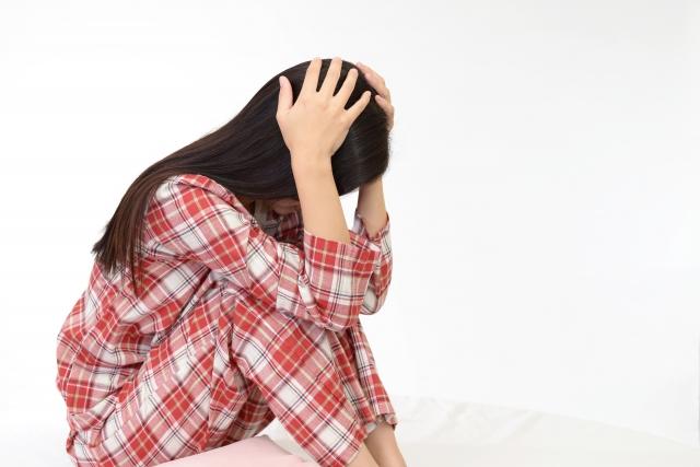 不眠症によって精神的に滅入る女性