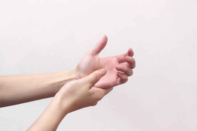 手と指に違和感を感じる女性
