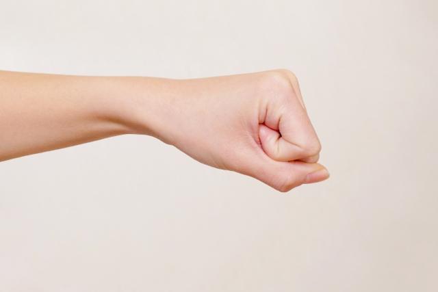 しっかりと手を握る