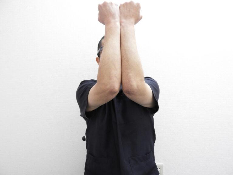 垂直に腕を上げる