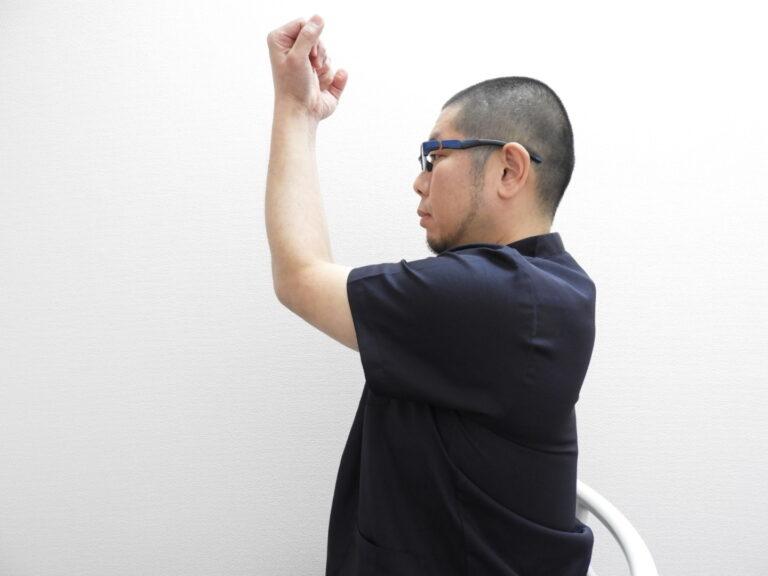 肘が首まで上がらない場合は肩こりの可能性が高い