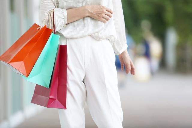 買物を楽しむ女性