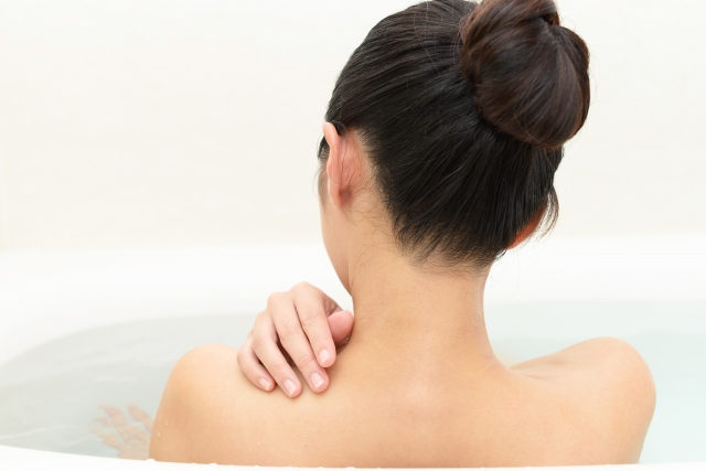 入浴で血行を促進する女性
