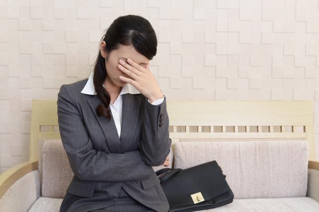 悩みを深く考える女性