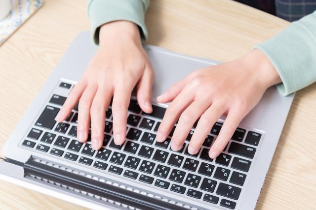 デスクワークをする女性の手