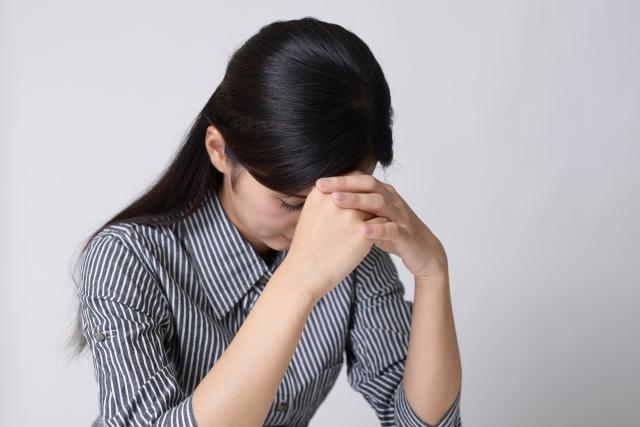上司と部下の板挟みで頭を悩ます女性
