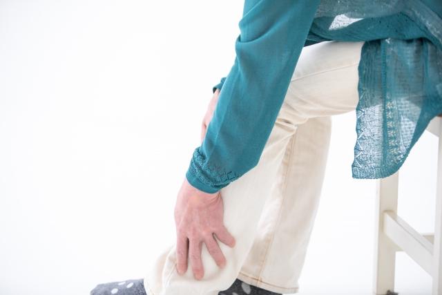 坐骨神経痛によってふくらはぎが痺れる女性