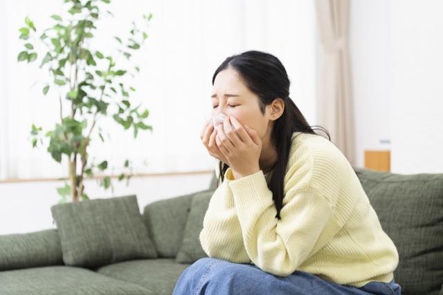 花粉症の症状に悩む女性