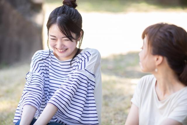仕事の悩みを友人に相談する女性