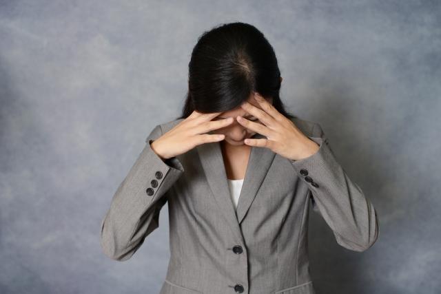 サンドウィッチ症候群による体調不良で悩む女性
