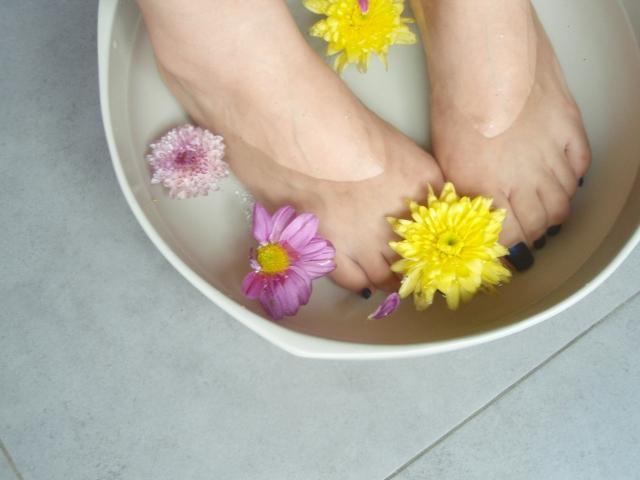 足湯を楽しむ女性