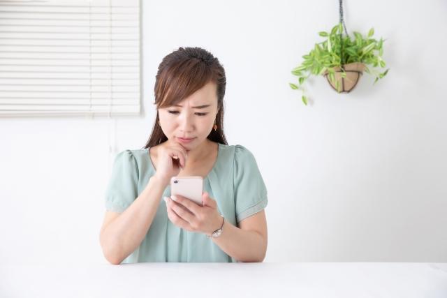 長時間スマートフォンを操作する女性