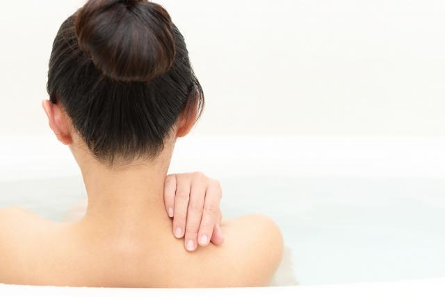 入浴で身体を温める女性