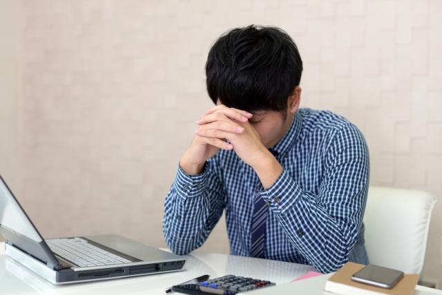 板挟みのストレスで体調が悪い営業マン