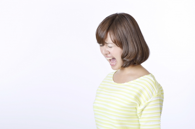 大声を上げる女性
