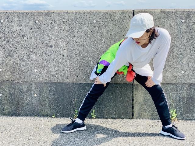 運動不足により脚を痛める女性