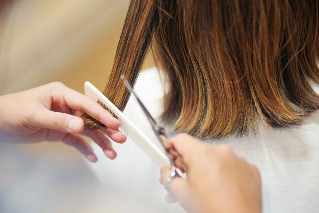 流行りの髪型にカットする美容師