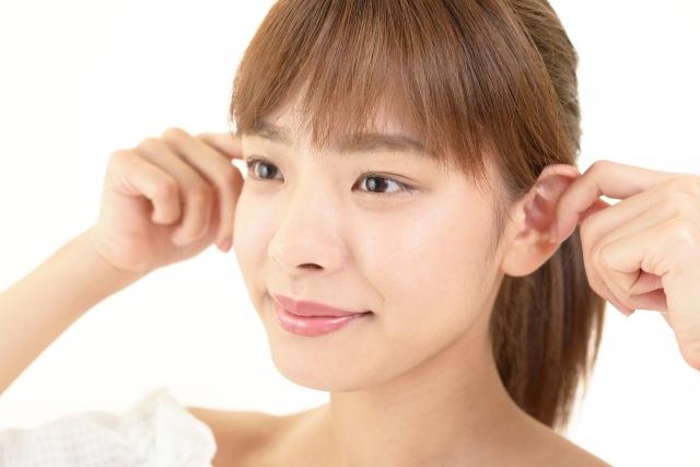 耳の血行を促進する女性