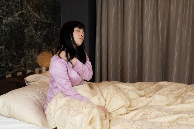 夜中に何度も目を覚ます女性(中途覚醒)
