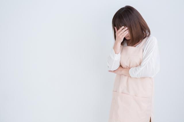 眼精疲労に悩む介護士の女性