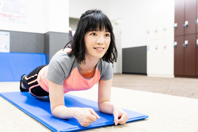 プランクで体幹を鍛える女性