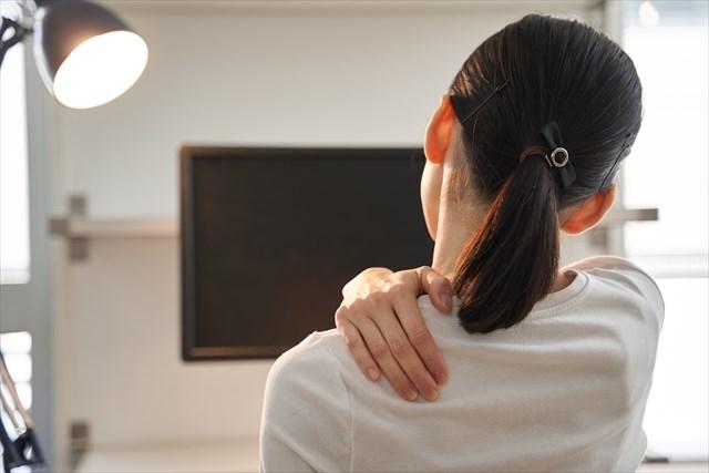 テレビの視聴で肩こりを患う女性