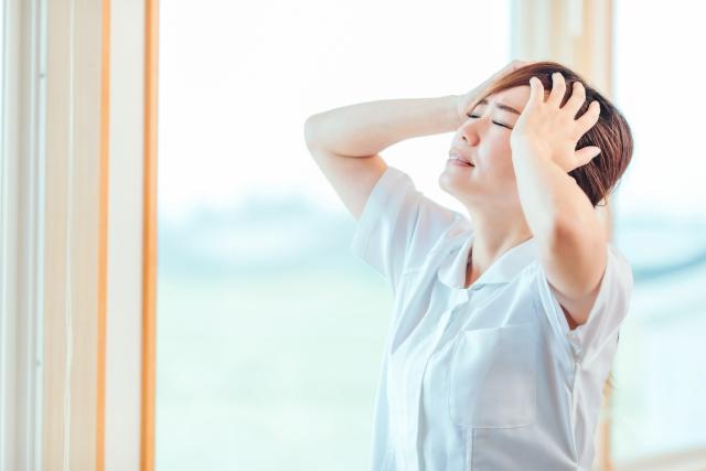 自律神経失調症でイライラする介護士の女性