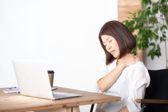 長時間の動画の視聴で首こりに悩む女性