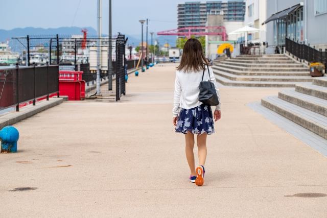 右肩にバッグを掛けて歩く女性