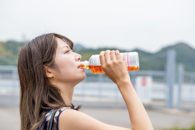 麦茶を飲む女性